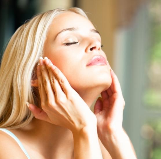 間違って使ってない?意外と知らない「化粧水」の効果を最大限にいかす使い方とは?