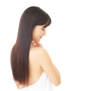 黒髪ロングヘアの女性
