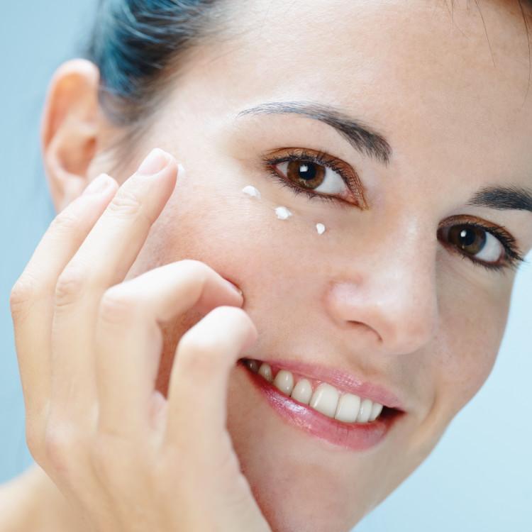 顔の印象のキメ手は目元!乾燥やエイジングサインを寄せつけない優秀アイクリームおすすめ5選