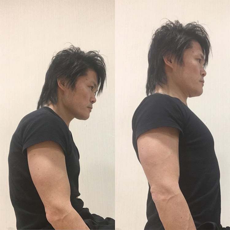 背中を丸めた体勢と肩甲骨を内側に寄せて胸を張った体勢
