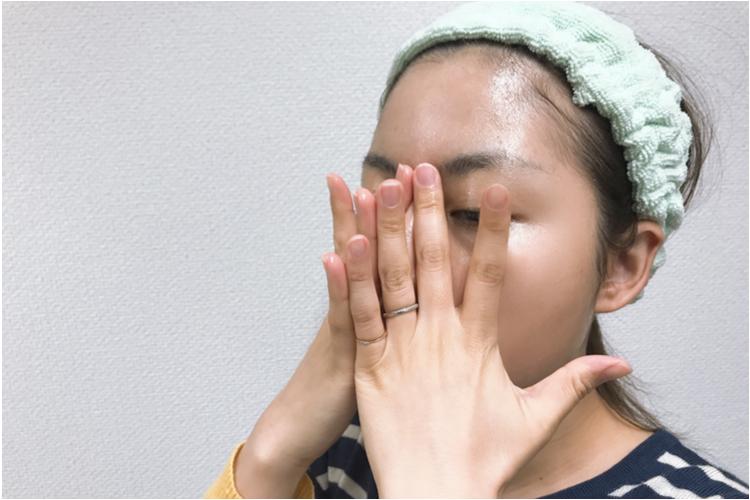 鼻筋と小鼻をマッサージする