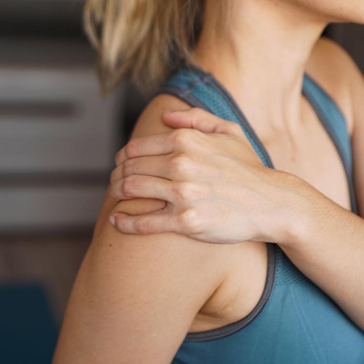「胸のエクササイズをすると肩が痛む…」という場合に行っておきたい「3つの対処法」