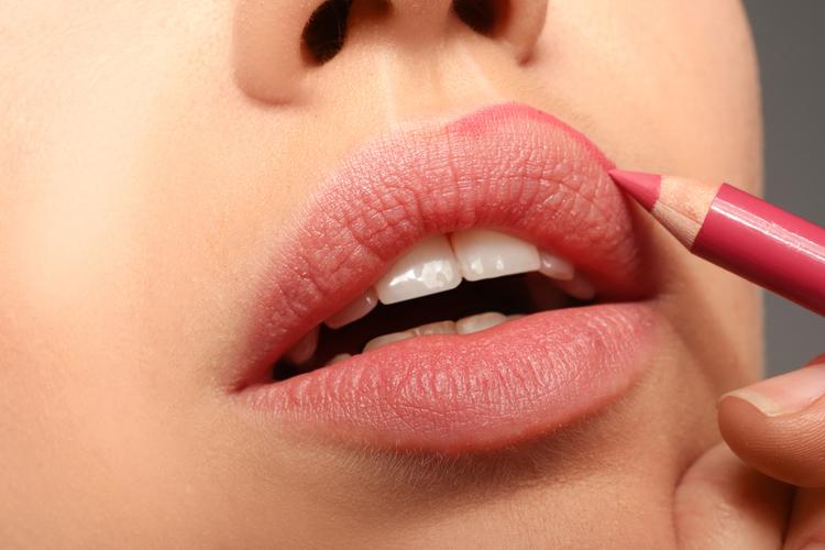リップペンシルで上唇をオーバーリップ気味に書く