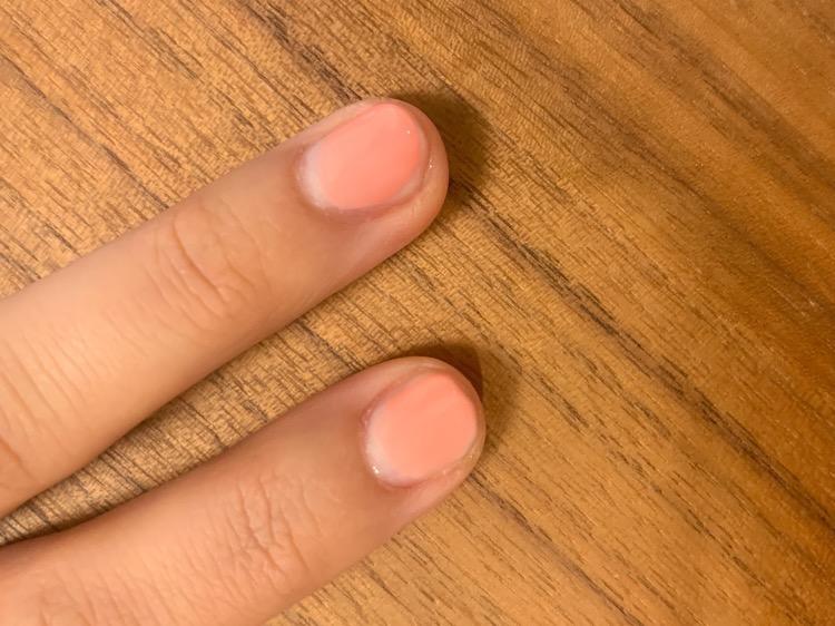 ピンクを重ねて、色がついていないマニキュアブラシで色をえぐる